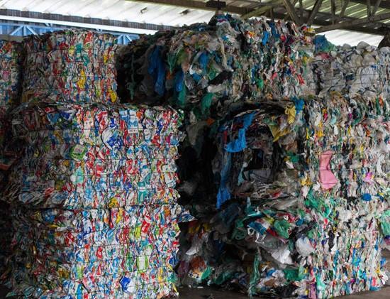 """TQ S√O PAULO 16.10.2018 CADERNO ESPECIAL SUSTENTABILIDADE EXCLUSIVO EMBARGADO RECICLAGEM Central Mecanizada de Triagem Carolina Maria de Jesus na Rua Miguel Yunes, 345. Uma parceria entre a Eco Urbis e a Prefeitura de S""""o Paulo. Com capacidade para reciclar 250 toneladas di·rias de lixo, atualmente recicla cerca de 110 toneladas. FOTO TIAGO QUEIROZ/ESTAD√O"""