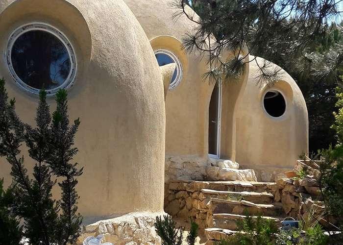 Cúpulas de terra: lar de baixo impacto em harmonia com a natureza