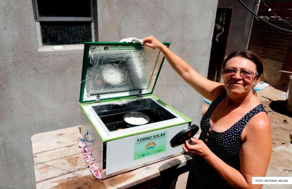 Agora, dona Aglair economiza muito gás de cozinha com o forno solar. Foto: Associação Caatinga
